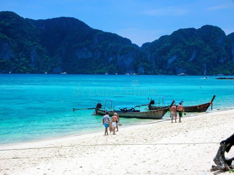 Turisti che camminano sulla spiaggia di Koh Phi Phi Don, Phi Phi Islands, Tailandia fotografie stock
