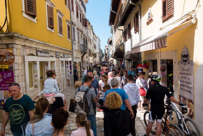 Turisti che camminano tramite la via principale della città medievale di Porec, Croazia fotografia stock