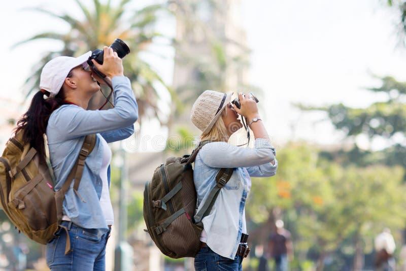 Turisti che catturano le maschere fotografia stock