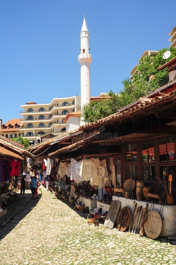 Turisti che comperano al bazar di Kruja sull'Albania immagine stock libera da diritti