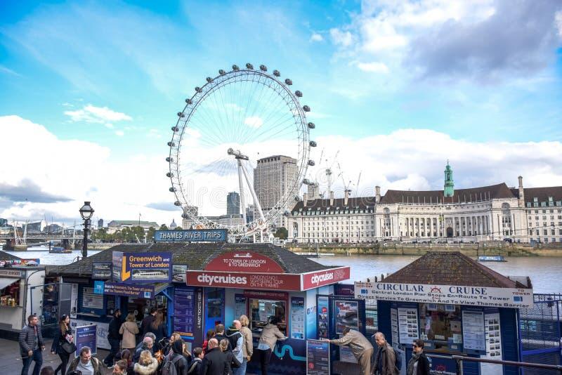 Turisti che comprano i biglietti di crociera al pilastro di Westminster dal Tamigi a Londra fotografie stock libere da diritti