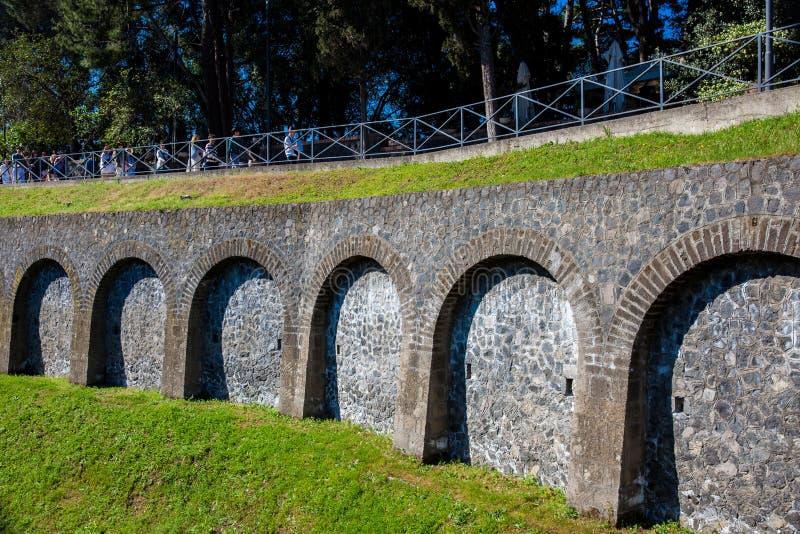 Turisti che entrano nella città antica di Pompei a Marine Gate immagine stock libera da diritti