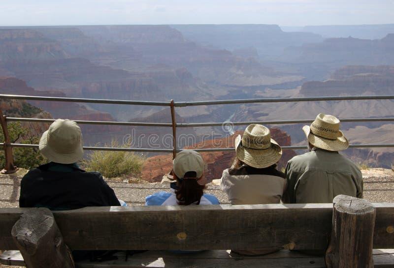 Turisti che esaminano grande canyon fotografie stock libere da diritti