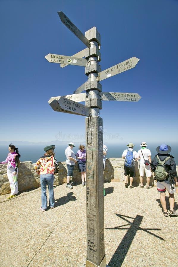 Turisti che esaminano vista del punto del capo, il Capo di Buona Speranza, fuori di Cape Town, del Sudafrica e del segno indicant fotografia stock libera da diritti