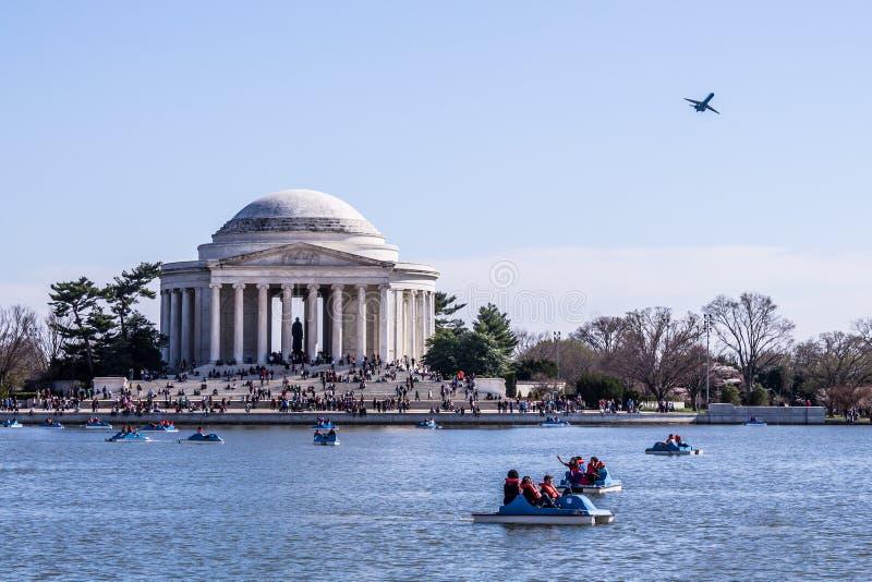Turisti che godono del bacino di marea in Washington, DC fotografia stock libera da diritti