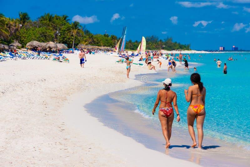 Turisti che godono della spiaggia cubana di Varadero fotografie stock libere da diritti