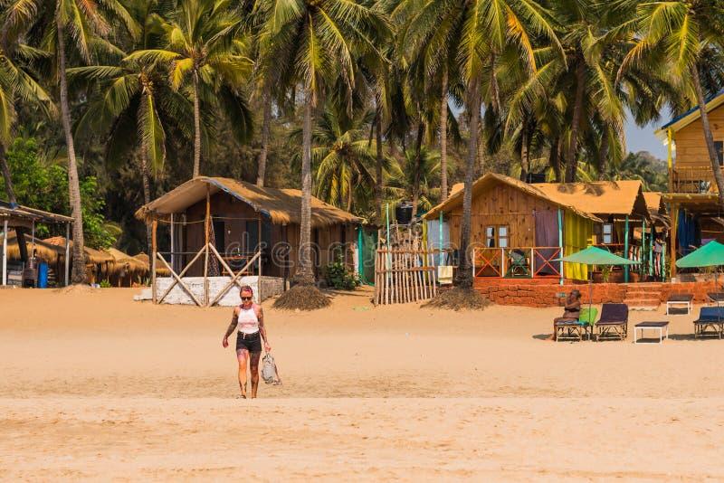 Turisti che godono e che si rilassano alla spiaggia Goa/India di Agonda fotografia stock