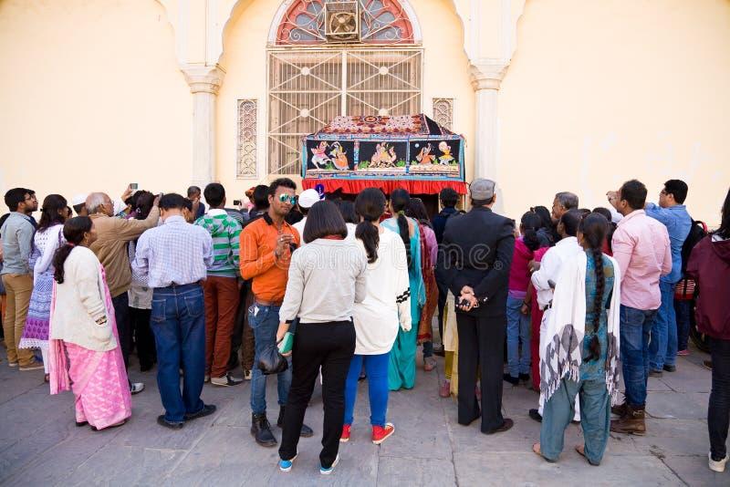 Turisti che guardano il gioco di burattino, Ragiastan, India fotografia stock