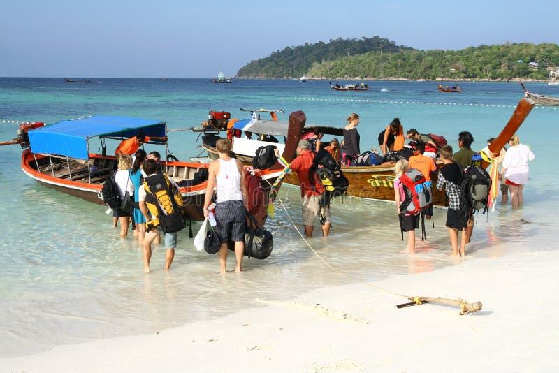 Turisti che lasciano isola tailandese fotografia stock