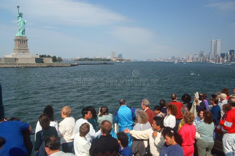 Turisti che osservano statua di libertà fotografia stock