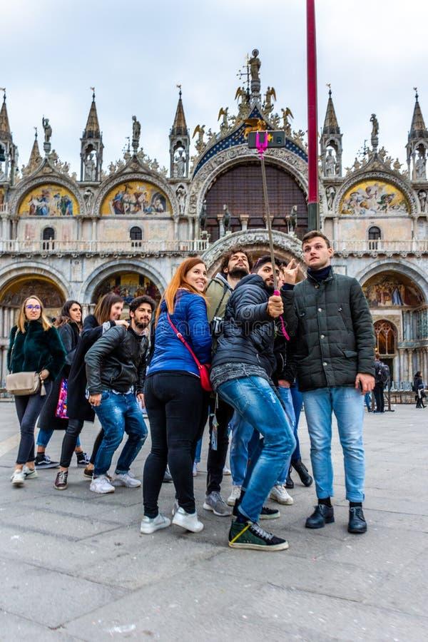 Turisti che prendono i selfies alla piazza San Marco a Venezia fotografie stock libere da diritti