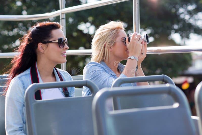 Turisti che prendono il bus delle immagini fotografie stock libere da diritti