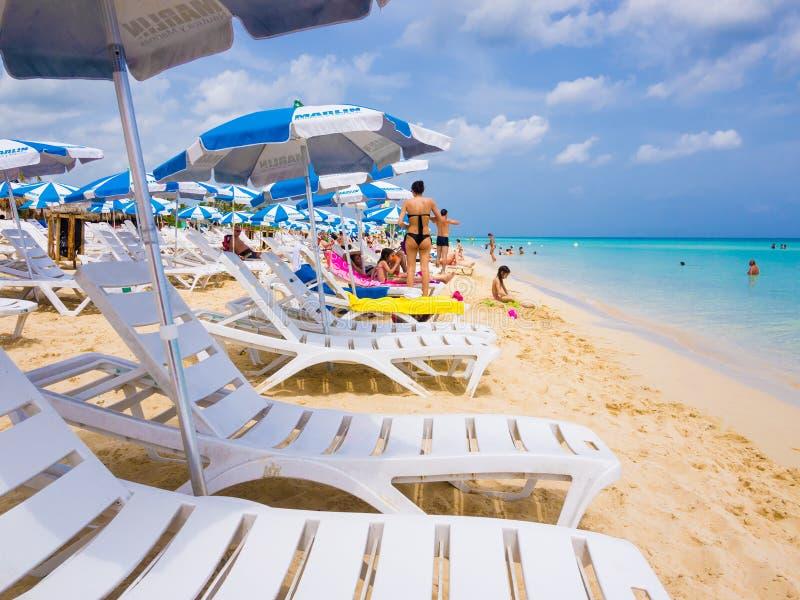 Turisti che prendono il sole ad una spiaggia cubana immagine stock libera da diritti
