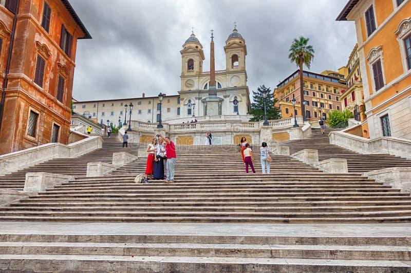 Turisti che prendono le immagini sui punti spagnoli di Piazza di Spagna fotografia stock