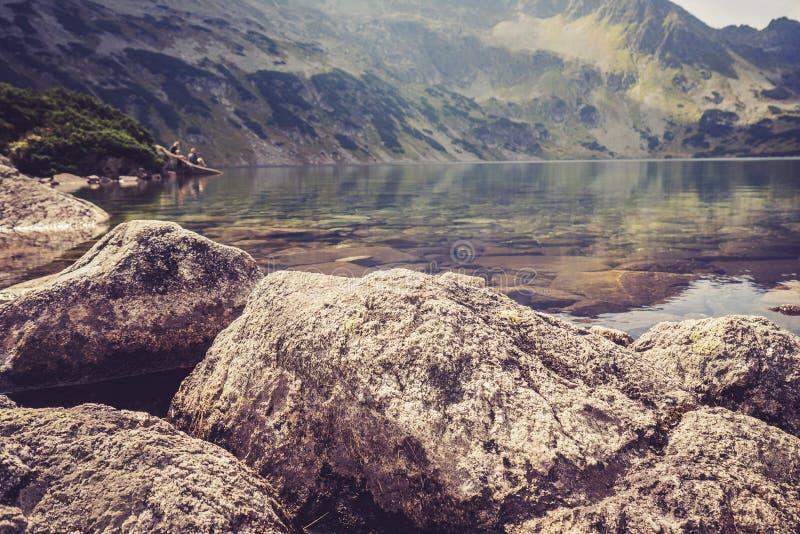 Turisti che riposano nelle montagne fotografia stock