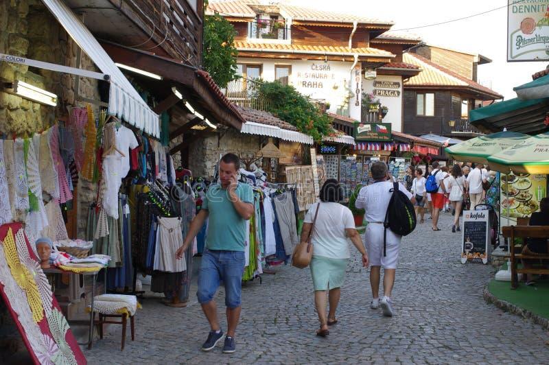 Turisti che si domandano le vie in Nesebar in Bulgaria fotografie stock