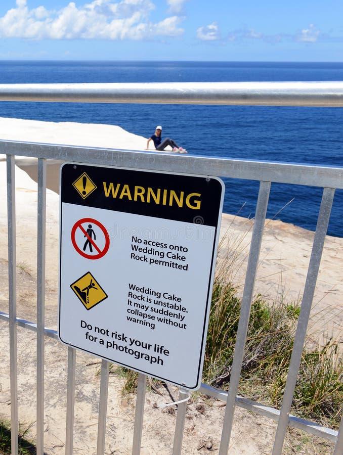 Turisti che si impegnano nel comportamento rischioso in parco nazionale reale, Sydney Australia fotografia stock