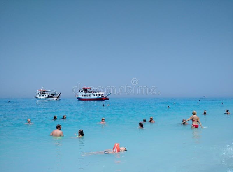 Turisti che si rilassano alla spiaggia di Egremni, Grecia immagini stock
