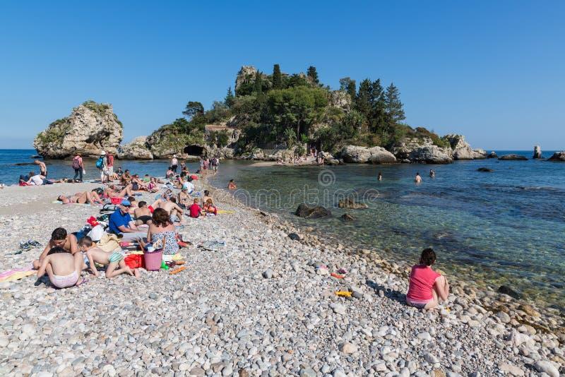 Turisti che si rilassano alla spiaggia di Taormina alla Sicilia, Italia fotografie stock libere da diritti