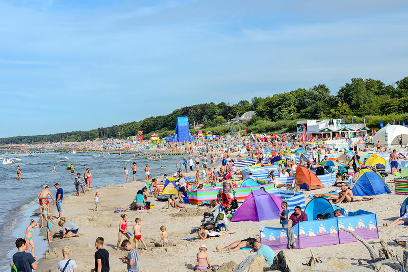 Turisti che si rilassano sulla spiaggia del Mar Baltico fotografie stock