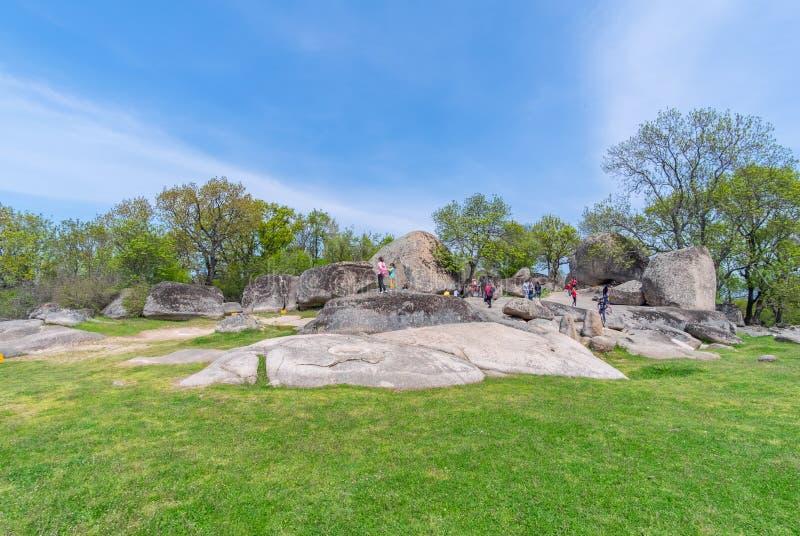 Turisti che visitano Beglik Tash - formazione rocciosa della natura, un santuario preistorico della roccia immagini stock libere da diritti