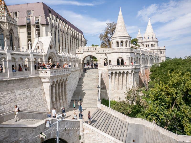 Turisti che visitano Fisherman& x27; bastione di s a Budapest immagine stock libera da diritti