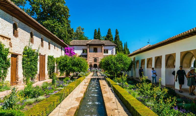Turisti che visitano i giardini alla vecchia città di La Alhambra fotografie stock libere da diritti