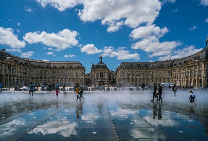 Turisti che visitano il posto de la Bourse fotografie stock libere da diritti