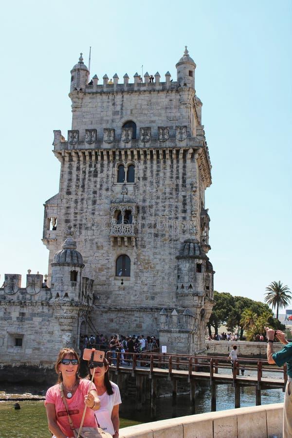 Turisti che visitano la torre di Belem a Lisbona immagine stock