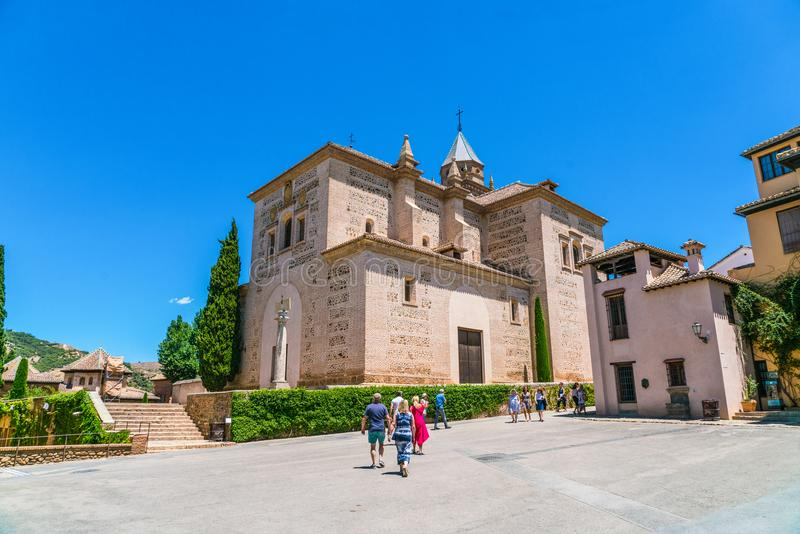 Turisti che visitano la vecchia città di La Alhambra vicino a Granada immagine stock
