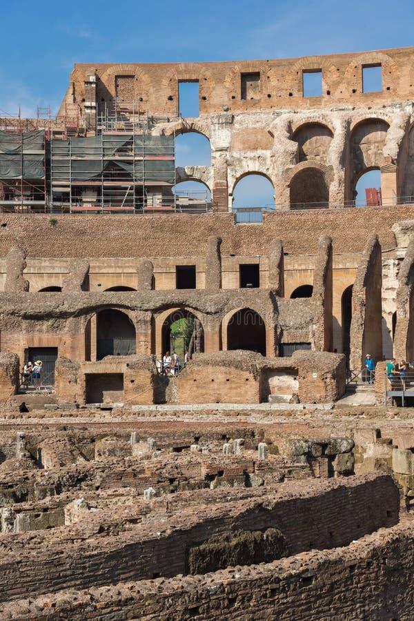 Turisti che visitano parte interna di Colosseum in città di Roma, Italia fotografia stock libera da diritti
