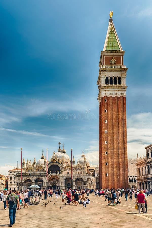 Turisti che visitano St Mark iconico ' quadrato di s a Venezia, Italia immagini stock libere da diritti