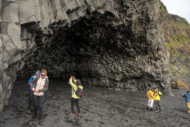 Turisti che visitano Vik in Islanda del sud immagine stock libera da diritti