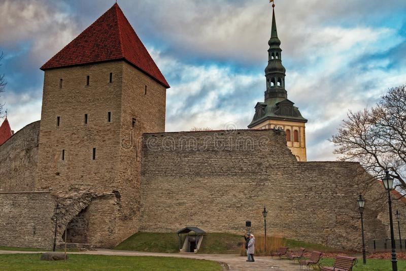 Turisti a Città Vecchia di Tallinn fotografie stock libere da diritti