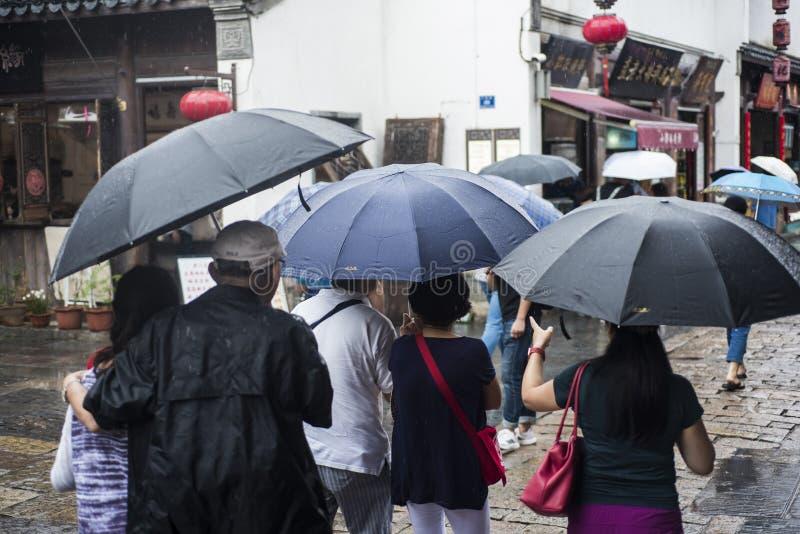 Turisti con gli ombrelli nel punto scenico piovoso immagine stock libera da diritti
