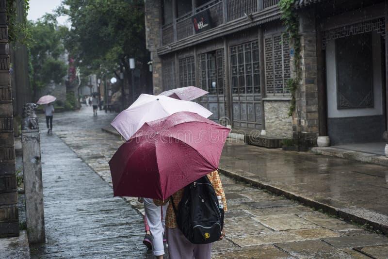 Turisti con gli ombrelli nel punto scenico piovoso fotografia stock