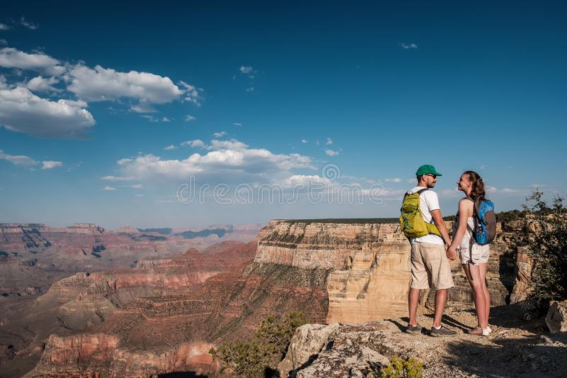 Turisti con lo zaino che fa un'escursione a Grand Canyon fotografie stock libere da diritti