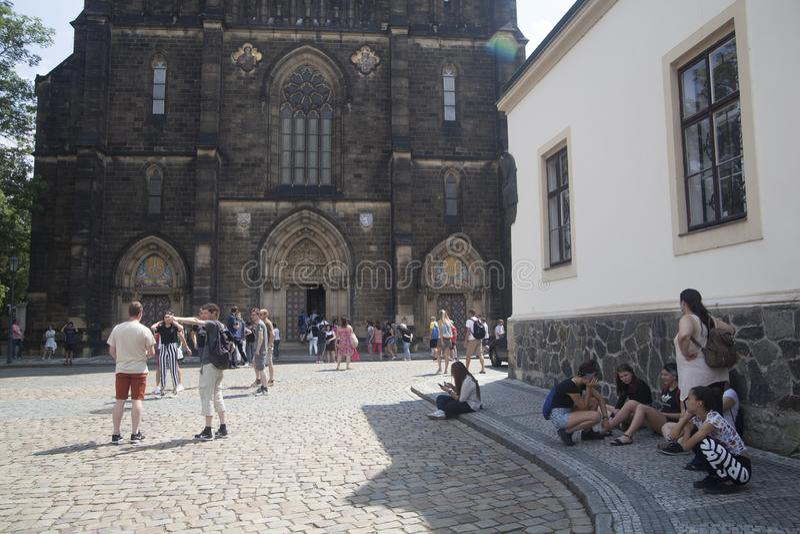 Turisti davanti alla basilica di St Peter e di Paul immagine stock libera da diritti