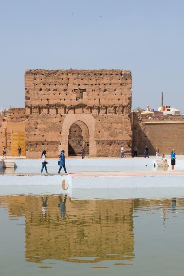 Turisti davanti a costruzione antica, palazzo Marrakesh di EL Badi fotografia stock libera da diritti