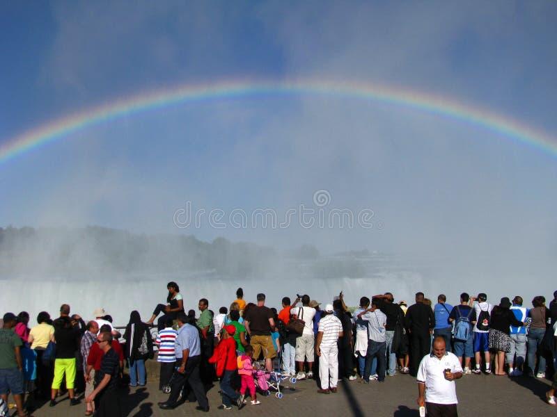 Turisti del Niagara Falls sotto un Rainbow immagine stock