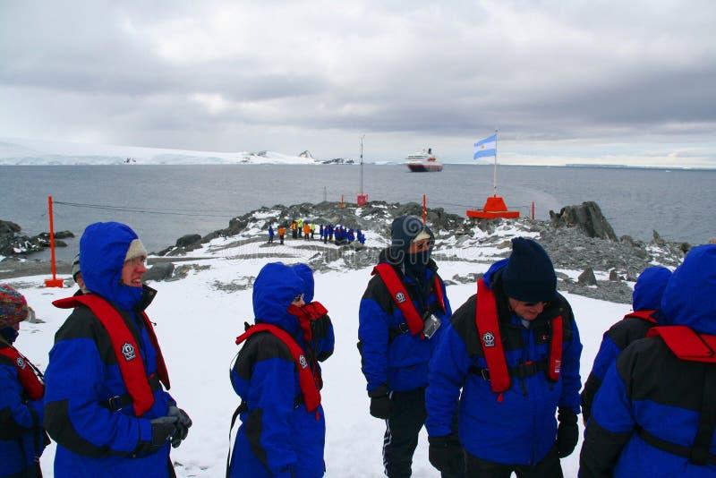 Turisti della nave da crociera che visualizzano il centro di ricerca polare immagini stock libere da diritti