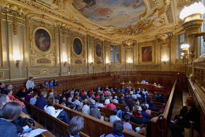 Turisti della Salle Louis Liard dell'università Sorbonne, Parigi, Francia fotografie stock libere da diritti