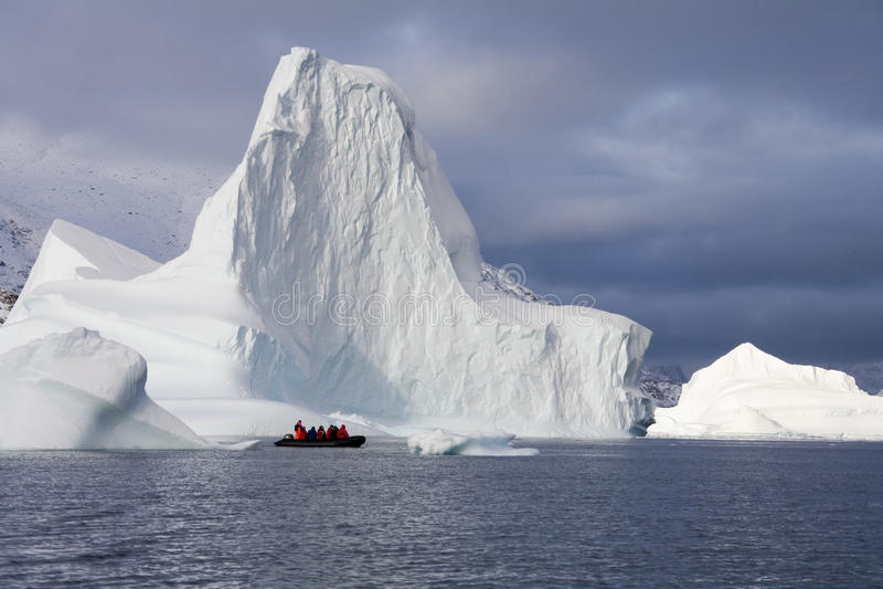 Turisti di avventura - Scoresbysund - Groenlandia immagini stock