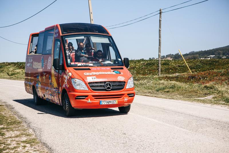 Turisti di trasporti del minibus o di un bus turistico da Sintra a capo Roca portugal immagini stock libere da diritti