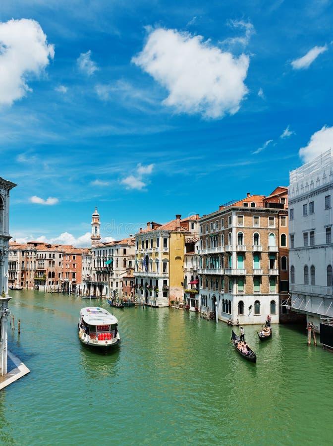 Turisti di trasporti delle gondole e della nave lungo Grand Canal nella V immagine stock