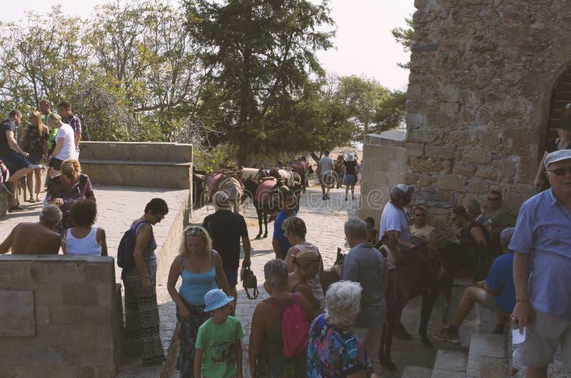 Turisti e parcheggio degli asini in Lindos fotografie stock libere da diritti