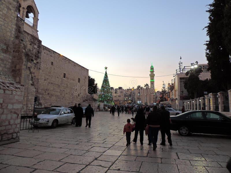 Turisti e pellegrini fuori della chiesa di natività a Betlemme, Palestina sulla notte di Natale immagini stock libere da diritti