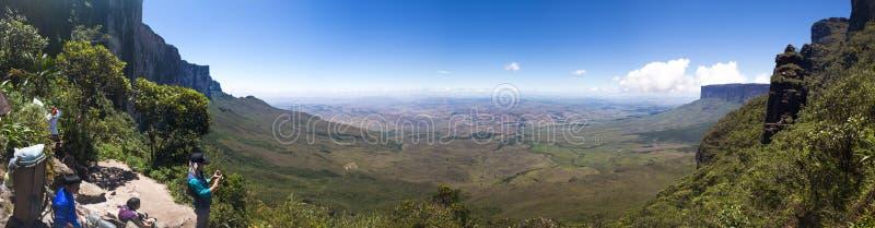Turisti e portatori indigeni indiani con scenico al Roraima di Mt, VE fotografia stock libera da diritti