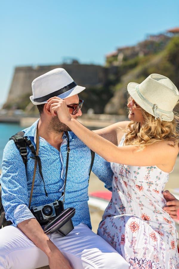 Turisti felici che riposano al documento mentre esplorando la città insieme fotografia stock