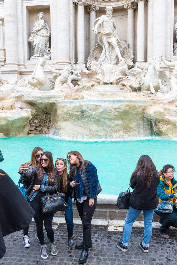 Turisti a Fontana di Trevi immagine stock libera da diritti